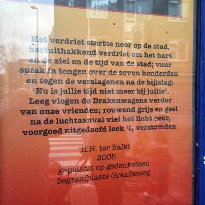 Tekst gedicht 'Na de luchtaanval'van H.H. ter Balkt op een affiche, gevonden op Doddendaal in Nijmegen