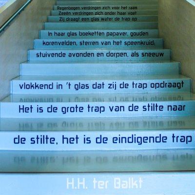Zij draagt een glas water de trap op, H.H. ter Balkt, Museum Het Valkhof, Nijmegen