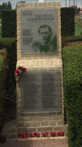 Monument voor Francis Ledwidge met zijn gedicht Soliloquy en de vertaling Alleen door Benno Barnard