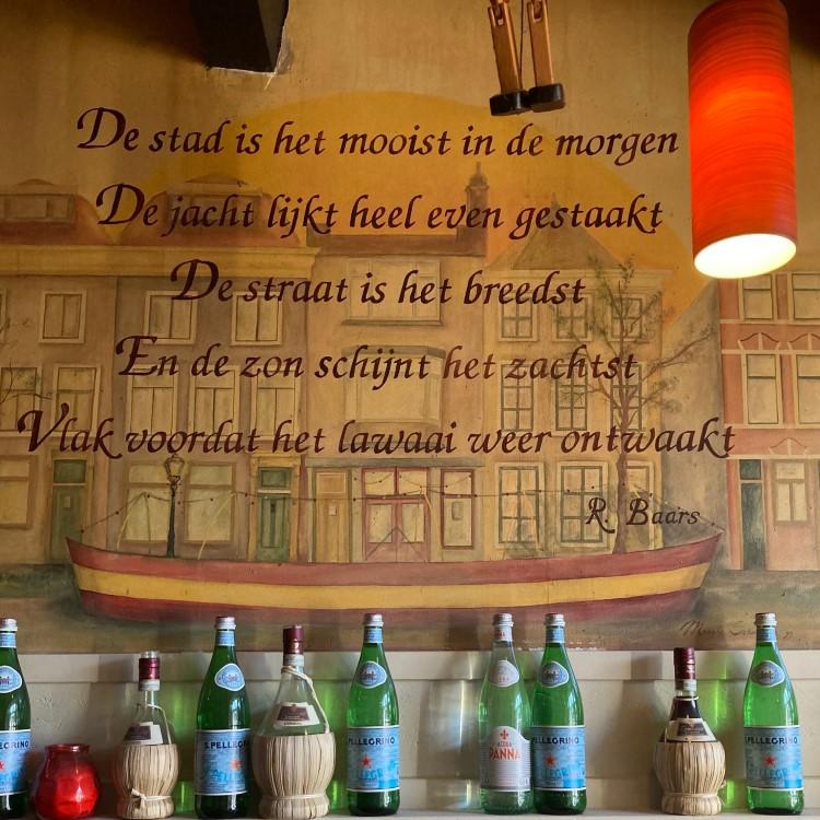 Strofe uit een gedicht van R. Baars, gevonden bij Pizzeria Pinoccio in Leiden