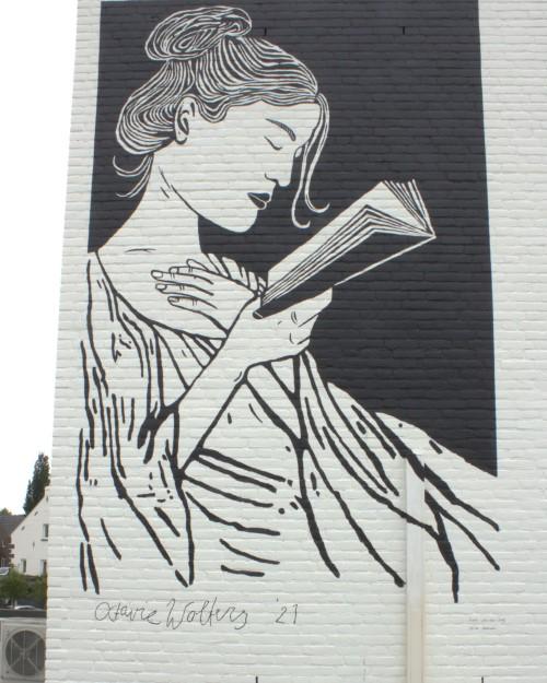 De lezeres, een lino van Octavie Wolters, uitgevoerd als muurschildering op de gevel van een boekhandel in Maasniel