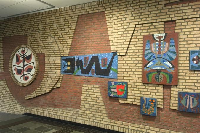 Reliëf en mozaïektableaus van Gerrit de Morée in vmbo-school Tessenderlandt in Breda