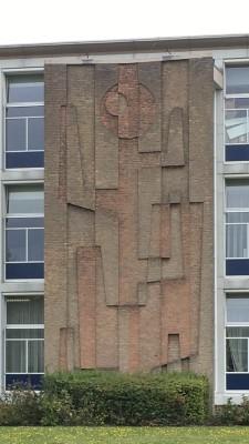 Reliëf van Gerrit de Morée op het schoolgebouw van Tessenderlandt in Breda, ontworpen door architecten Cees Geenen en Leo Oskam